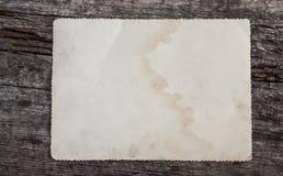 Quadro envelhecido da foto no fundo de madeira imagens de stock royalty free