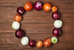 Quadro feito de cebolas frescas Fotografia de Stock