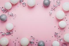 Quadro festivo feito de bolas e de lantejoulas do Natal na opinião de tampo da mesa cor-de-rosa Fundo da forma Configuração lisa  Fotografia de Stock Royalty Free