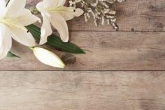 Quadro floral com calla branco, lírios no fundo de madeira Fotografia de mercado denominada Copie o espaço Casamento, vale-oferta Foto de Stock Royalty Free