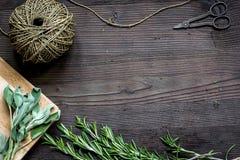 Quadro fresco da erva na opinião superior do fundo de madeira escuro Imagens de Stock Royalty Free