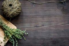 Quadro fresco da erva na opinião superior do fundo de madeira escuro imagem de stock