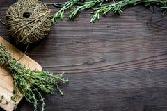 Quadro fresco da erva na opinião superior do fundo de madeira escuro foto de stock royalty free