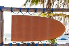 Quadro indicador alaranjado vazio do vintage na forma da placa de ressaca com espaço da cópia e da palmeira no fundo Fotos de Stock Royalty Free