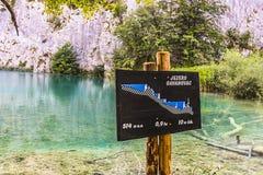 Quadro indicador de Gavanovac nos lagos mais baixos do parque nacional dos lagos Plitvice fotos de stock