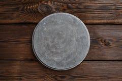 Quadro indicador redondo concreto cinzento no fundo marrom de madeira fotografia de stock