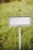 Quadro indicador vazio em um campo verde imagem de stock royalty free