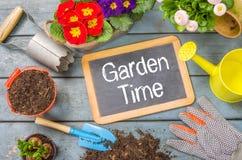 Quadro-negro com ferramentas de jardim - tempo do jardim fotografia de stock royalty free