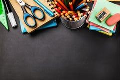 Quadro-negro com fontes de escola na parte superior do espaço da tabela e da cópia fotos de stock