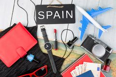 quadro-negro com texto & x22; Spain& x22; , plano, mapa, passaporte, dinheiro, relógio foto de stock
