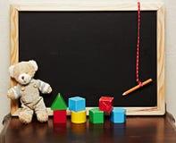 Quadro-negro com urso e blocos Fotografia de Stock Royalty Free