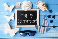 Quadro-negro com verão feliz marítimo da decoração e do texto Imagens de Stock Royalty Free