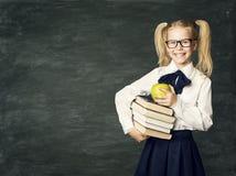 Quadro-negro da criança, livros felizes da posse da menina da escola, educação da criança Imagem de Stock Royalty Free