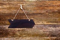 Quadro-negro da forma da seta & x28; blank& x29; suspensão no pregador de roupa contra rus fotos de stock