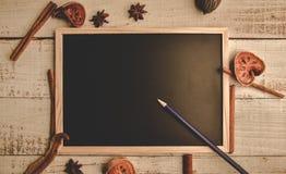 Quadro-negro de madeira vazio da escola no assoalho de madeira com lápis e d foto de stock