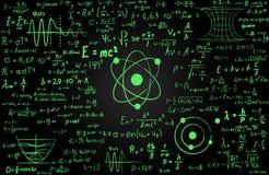Quadro-negro inscreido com fórmulas e cálculos científicos na física e na matemática Pode ilustrar científico Fotografia de Stock Royalty Free