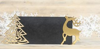 quadro-negro pequeno vazio no fundo de madeira foto de stock royalty free