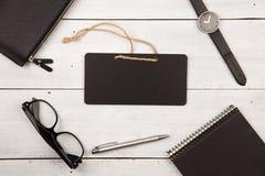 quadro-negro, relógios, bloco de notas, vidros e pena na mesa de madeira fotos de stock royalty free
