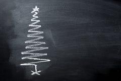 Quadro-negro tirado mão do giz da árvore de Natal da garatuja no formulário espiral Bandeira do cartaz do cartão do ano novo foto de stock