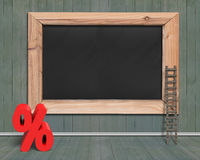 Quadro-negro vazio com a escada vermelha da madeira do sinal de porcentagem Imagem de Stock Royalty Free
