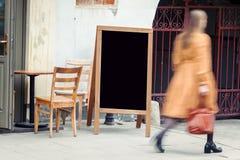 Quadro-negro vazio do restaurante com pedestian imagem de stock