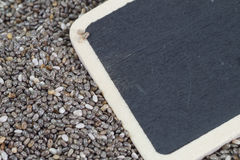 Quadro-negro vazio em sementes do chia imagem de stock royalty free