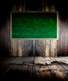 Quadro-negro verde na parede do grunge Foto de Stock