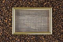 Quadro o feijão de café com opinião bonita do fundo das imagens da tabela de madeira lateral O conceito Fotografia de Stock Royalty Free