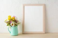 Quadro o modelo com as flores no vaso do verde da hortelã Imagens de Stock Royalty Free