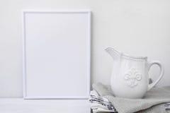 Quadro o modelo, jarro branco do vintage na pilha das toalhas de linho, minimalista limpam a imagem denominada Imagem de Stock Royalty Free