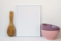 Quadro o modelo no fundo branco, bacias cerâmicas coloridas, colher de madeira, imagem denominada para meios sociais Foto de Stock Royalty Free