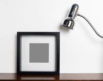 Quadro preto grosso da foto com lâmpada leve foto de stock
