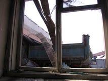 quadro quebrado da janela quebrada em uma casa arruinada fotografia de stock royalty free