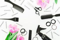 Quadro redondo com ferramentas do cabeleireiro - pulverizador, tesouras, pentes, prendedor de cabelo e tulipas no fundo branco Co Fotografia de Stock Royalty Free