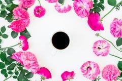Quadro redondo com flores, as folhas e a caneca de café preto cor-de-rosa no fundo branco Configuração lisa, vista superior Foto de Stock