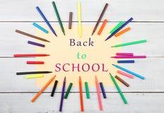 Quadro redondo das canetas com ponta de feltro coloridas e papel amarelo com texto & x22; De volta a SCHOOL& x22; foto de stock royalty free
