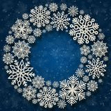 Quadro redondo do Natal com flocos de neve de prata em um fundo azul Beira de confetes da lantejoula Fotografia de Stock