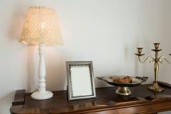 Quadro retro da decoração, da lâmpada e da foto no armário fotografia de stock