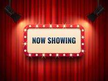 Quadro retro do cinema ou do teatro iluminado pelo projetor Agora mostrando o sinal no contexto vermelho da cortina Sinais da pre ilustração royalty free