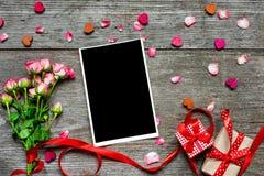 Quadro vazio da foto com o ramalhete de rosas cor-de-rosa, caixas de presente, de madeira Imagens de Stock Royalty Free