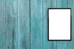Quadro vazio da foto do cartaz na parede de madeira imagem de stock