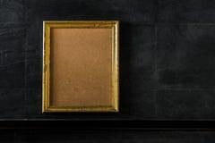Quadro vazio da foto do vintage, quadro de madeira no concreto preto Imagens de Stock Royalty Free