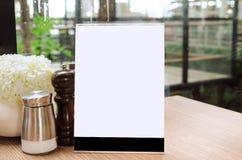 Quadro vazio do menu na tabela no café do restaurante com estilo do vintage Imagem de Stock Royalty Free