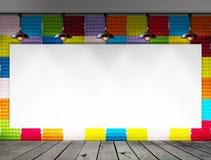Quadro vazio na parede da bandeja do ovo e no assoalho de papel coloridos da madeira para a mensagem de informação Foto de Stock Royalty Free