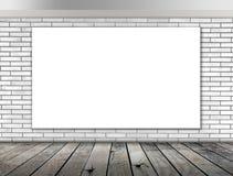 Quadro vazio na parede de tijolo e no assoalho brancos da madeira foto de stock royalty free