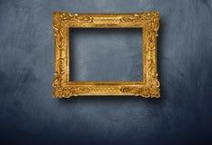 Quadro velho que pendura na parede fotografia de stock royalty free