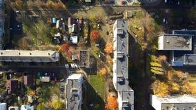 Quadrocopter飞行在城市在乌克兰 股票视频