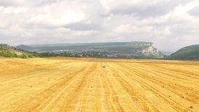 Quadrocopter飞行在秋天领域 股票视频