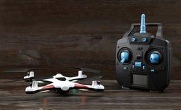Quadrocopter και ασύρματος ελεγκτής στοκ εικόνα με δικαίωμα ελεύθερης χρήσης