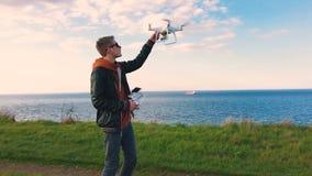 Quadrocopter приземляется на пилотную руку ` s Пилот улавливает трутня движение медленное видеоматериал